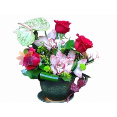 aranjamente din trandafiri rosii si orhidee roz