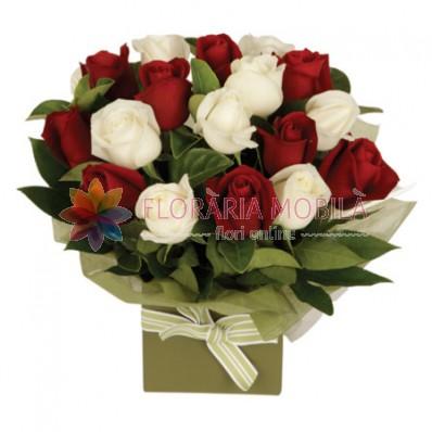 aranjament din trandafiri albi si trandafiri rosii