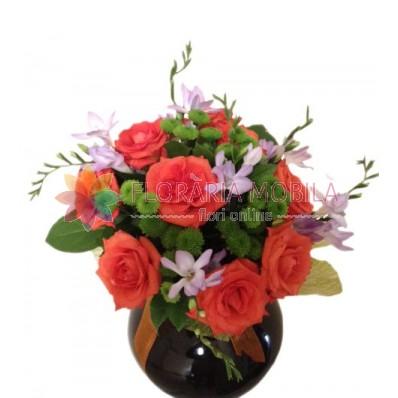 buchete din trandafiri, frezii lila si santini verde