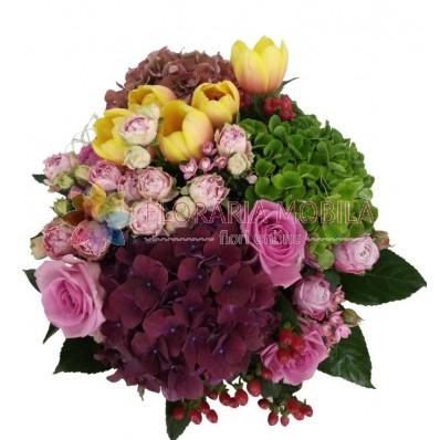 buchete din hortensie, trandafirasi, lalele galbene, trandafirasi roz, hiperycum