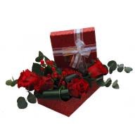 aranjament cu trandafiri in cutie cadou