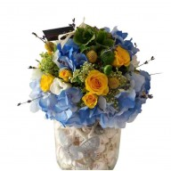 aranjament da masa din hortensie, craspedia si trandafirasi