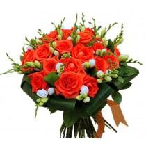 buchet cu trandafiri naranga si frezii albe
