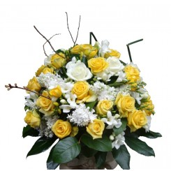 Aranjament  trandafiri, frezii, eucalipt si liliac