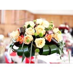 aranjament de masa cu trandafiri