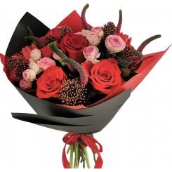 buchet din trandafiri si skimmia