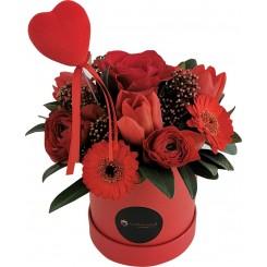 cutie cu flori rosii