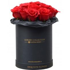 trandafiri rosii in cutie