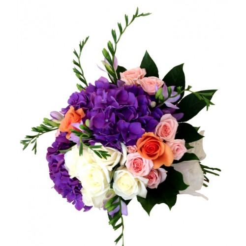 buchet cu trandafiri, hortensie, frezii
