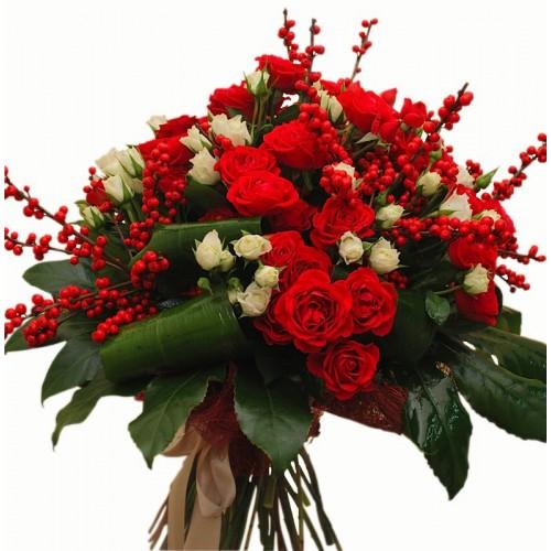 buchet Craciun cu mini trandafiri si ilex