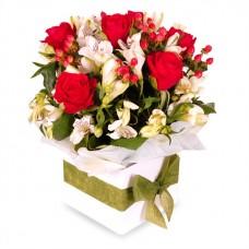 aranjament cu trandafiri si hypericum