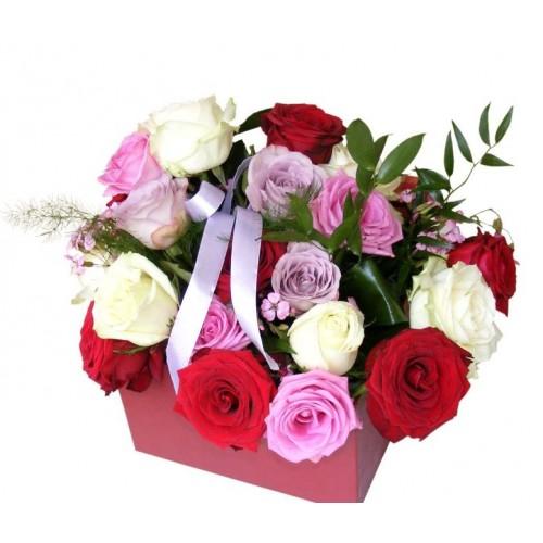 aranjament cu trandafiri multicolori