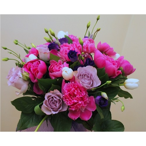 buchet cu bujori, trandafiri, lisianthus, lalele