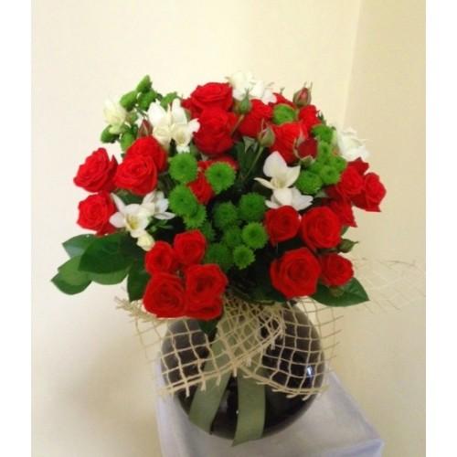 buchet cu mini trandafiri, frezii si santini