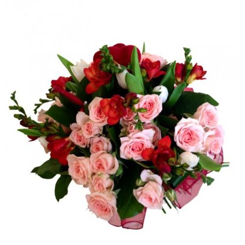 buchet cu mini trandafiri, lalele si frezii